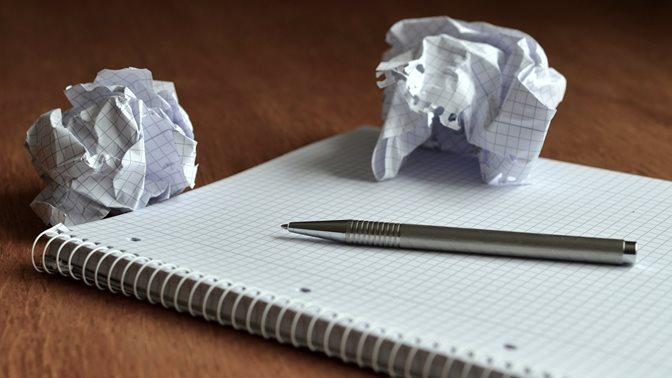 Schreibblock, Stift und zerknülltes Papier